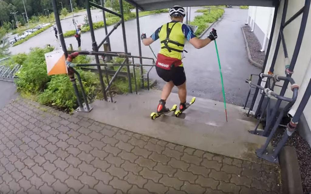 Descente d'escaliers en ski-roue